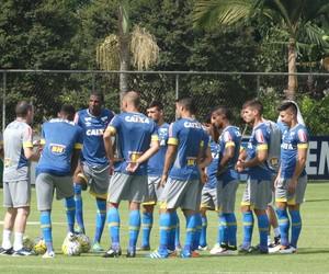 Jogadores do Cruzeiro conversam com a comissão técnica (Foto: Guilherme Frossard)