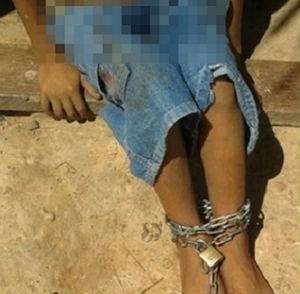 Menino de seis anos foi encontrado acorrentado dentro de casa, em Buriti do Tocantins (Foto: Divulgação)