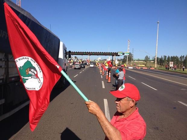 Manifestantes na praça de pedágio de Arapongas, na BR-369 (Foto: Alberto D'Angele/RPC)