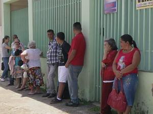 Moradores enfrentam filas após atendimento ser interrompido por uma hora (Foto: Reprodução/TV TEM)