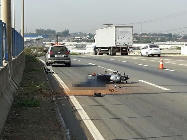 Motociclista colidiu contra grade de proteção e morreu na BR-153, em Goiás (Foto: Adriano Reges/TV Anhanguera)
