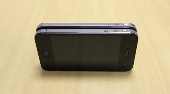Comparação entre laterais do Hiphone Bk-and 335 e iPhone 4S. A cópia inclui até entradas falsas, para imitar o aparelho original Apple (Foto: Isadora Díaz/TechTudo)