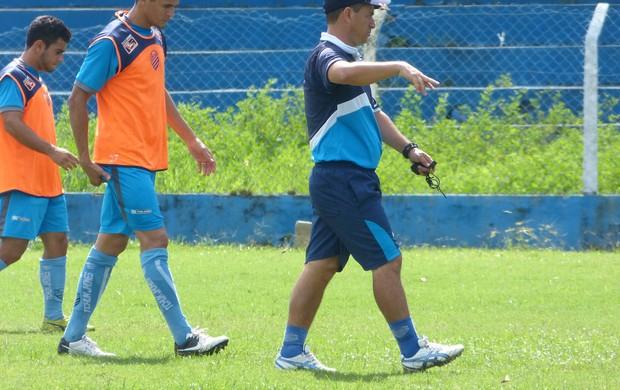 Técnico Lino orienta os jogadores do CSA (Foto: Bruno Felix / Ascom / CSA)