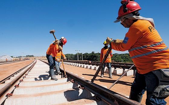 INFRAESTRUTURA Operários trabalham na Ferrovia Norte-Sul, em maio. A campanha de Dilma Rousseff propõe um governo ativo como investidor e executor de obras (Foto: Estadão Conteúdo)