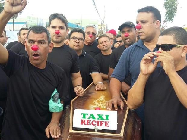 Com narizes de palhaço e um caixão, simbolizaram a morte dos táxis no Recife (Foto: Marlon Costa/Pernambuco Press)