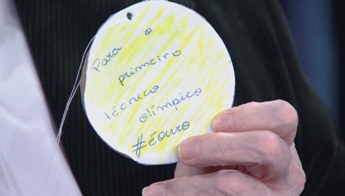 Micale ganhou medalha de papelão de fã (Foto: TV Globo/Divulgação)