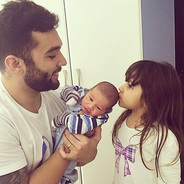 Jonathan Costa com Salvatore e Maithê (Foto: Instagram / Reprodução)