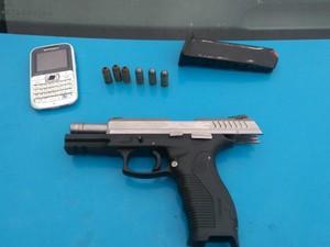 Pistola .40 estava na cintura do suspeito (Foto: Divulgação/Polícia Militar)