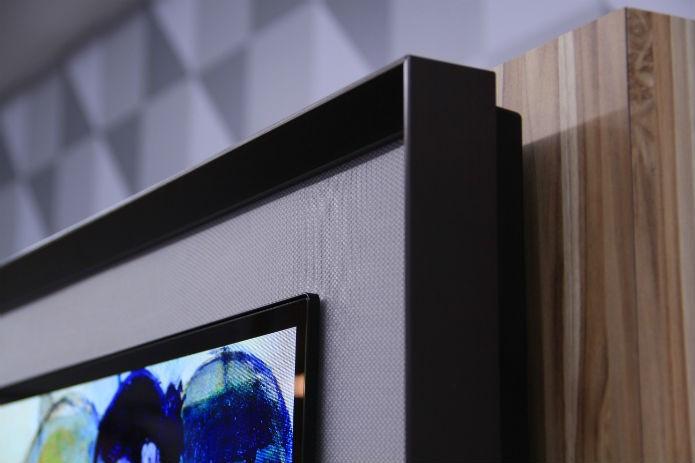Apesar da espessura de apenas 4,3 mm da tela, o grosso conjunto pesa 24 kg e só pode ser fixado em paredes (Foto: TechTudo/Renato Bazan) (Foto: Apesar da espessura de apenas 4,3 mm da tela, o grosso conjunto pesa 24 kg e só pode ser fixado em paredes (Foto: TechTudo/Renato Bazan))