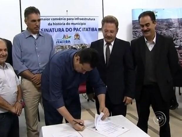 Kassab assinou a ordem de serviço para o início das obras em Itatiba (Foto: Reprodução TV TEM)
