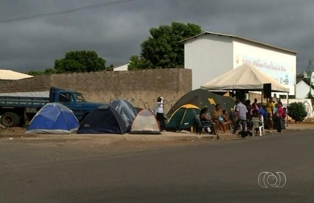 Pais acampam em frente a escola para matricular filhos, em Luziânia, Goiás (Foto: Reprodução/TV Anhanguera)