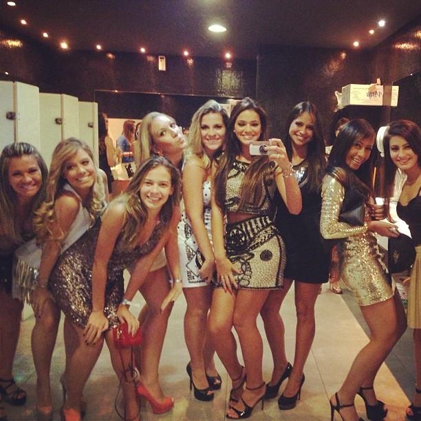 Bruna Marquezine e as amigas tiram foto no banheiro da festa de Neymar (Foto: Instagram)