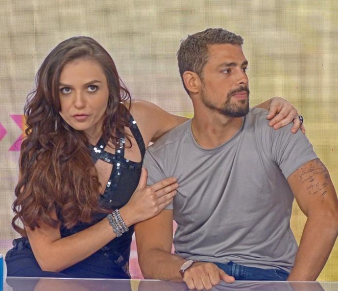 Monica Iozzi gruda no pescoço de Cauão Reymond (Foto: Cristina Cople / TV Globo)