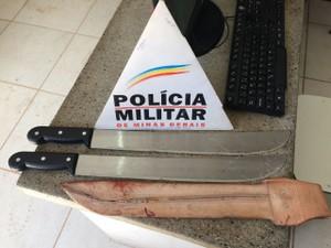 Facões e armas apreendidas depois do crime (Foto: PMMG/Divulcação)
