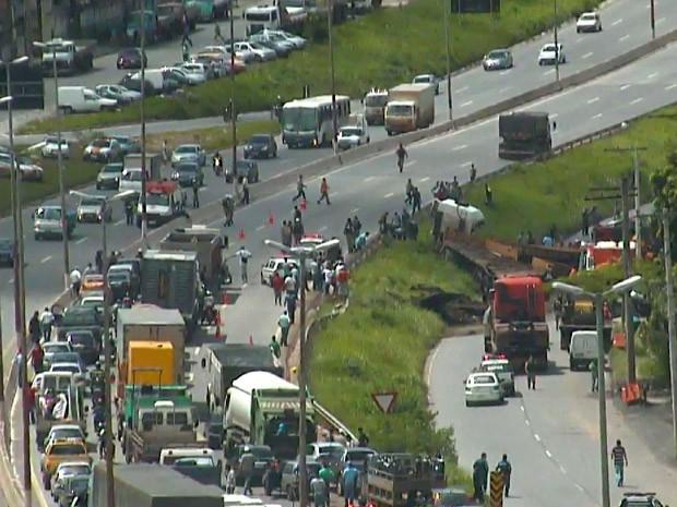 Acidente no Anel Rodoviário de Belo Horizonte, nesta quarta (28). (Foto: Reprodução/TV Globo)