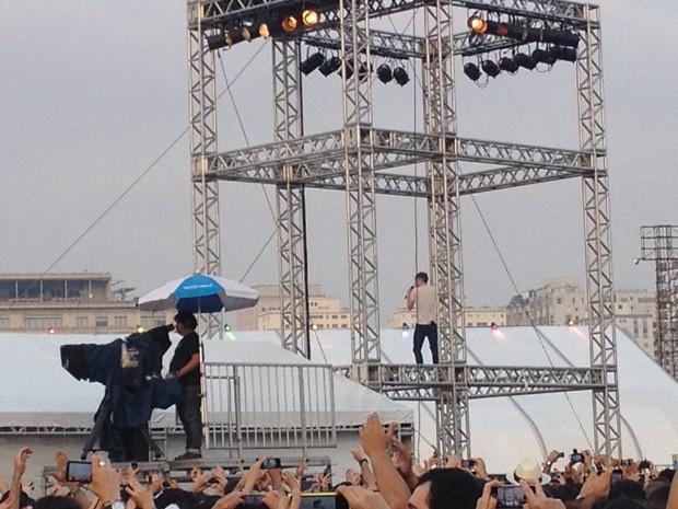 Ricky WIlson, do Kaiser Chiefs, sobe em grade no festival Lollapalooza (Foto: G1)