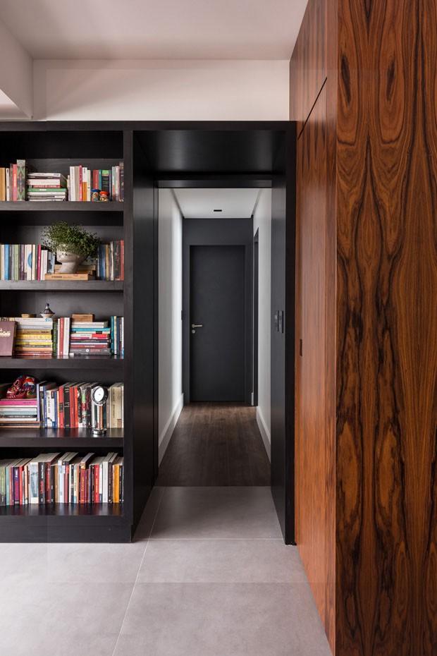 Apartamento cosmopolita mistura madeira, concreto e tons escuros (Foto: ©Marcelo Donadussi)