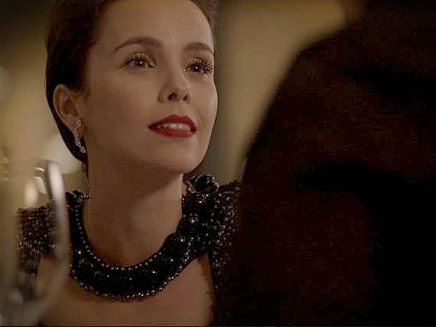 Nina se oferece para ser parceira de Max (Foto: Avenida Brasil/TV Globo)