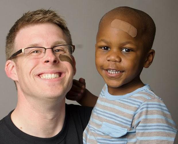 Toby Meisenheimer com o filho Kai, de cinco anos; o pai foi procurar um curativo e só achou tons para peles claras (Foto: Tru-Colour Bandages/Divulgação)