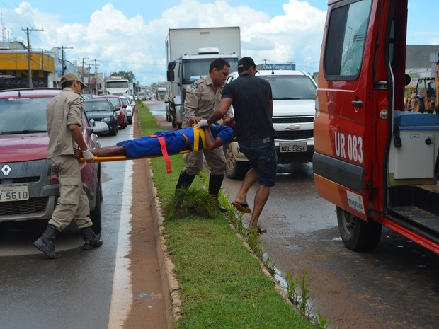 Acidente ocorreu na marginal da rodovia BR-364 (Foto: Pâmela Fernandes/G1)
