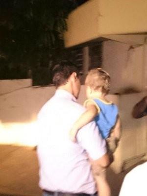 Bebê chegou na delegacia na noite de quinta-feira (9) (Foto: Natália de Oliveira/ G1)