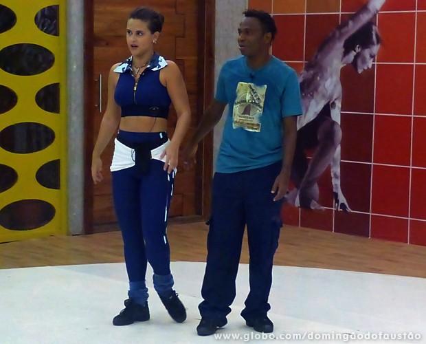 Atento, Edílson observa as instruções de sua parceira (Foto: Domingão do Faustão/TV Globo)