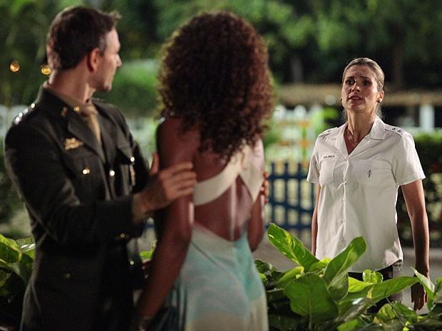Érica fica arrasada ao ver Julinha com Élcio (Foto: Salve Jorge/TV Globo)