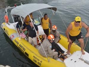 Lancha resgata ferida em trilha (Foto: Divulgação / Ascom Cabo Frio)