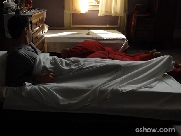 Janotinha desiste de tentar dormir (Foto: Joia Rara/TV Globo)