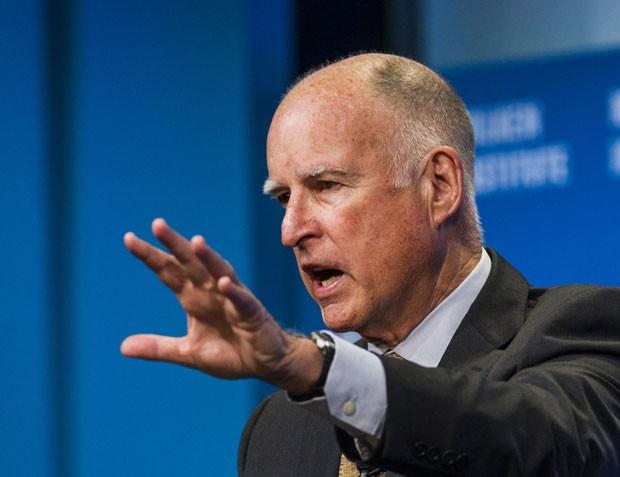 Governador da Califórnia, Jerry Brown, durante anúncio do corte de emissões nesta quarta-feira (29), nos EUA (Foto: Ringo Chiu/AP)