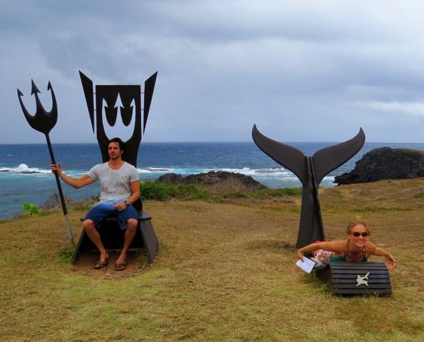 Ricardo Tozza e Angélica com os monumentos aos tubarões (Foto: Divulgação Ana Clara Marinho / TV Globo)