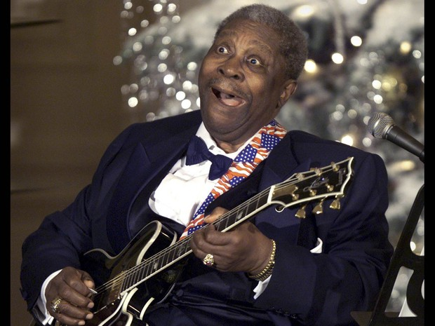 B.B. King faz careta enquanto toca guitarra na Casa Branca, sede do governo dos EUA, em dezembro de 2001 (Foto: Kevin Lamarque/Reuters)