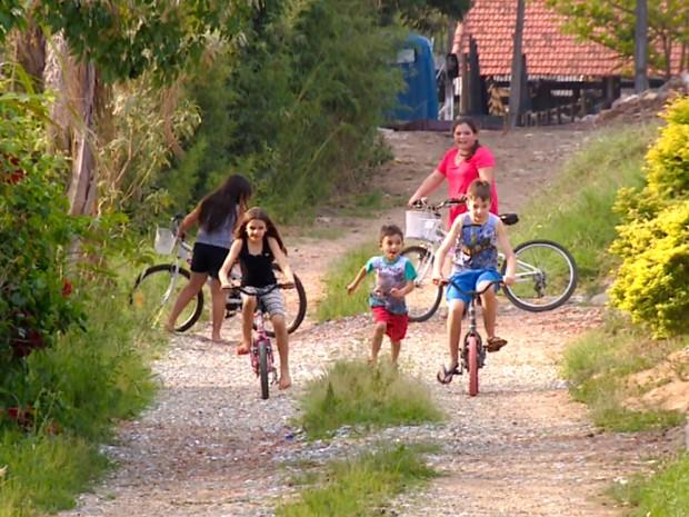 Crianças brincam ao ar livre, andam de bicicleta (Foto: Reprodução / TV Globo)