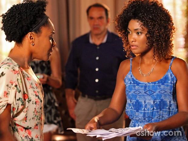 Alice tenta convencer Neidinha a reconhecer criminosos (Foto: Carol Caminha/ TV Globo)