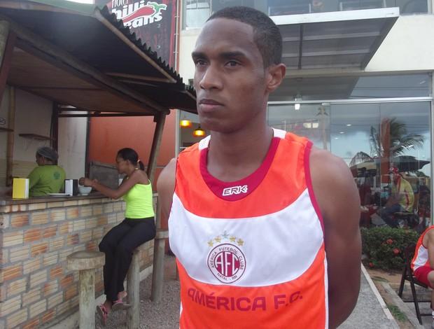 """Volante Daniel diz que pretende ajudar o América-RN """"saindo pro jogo"""" (Foto: Tiago Menezes/GLOBOESPORTE.COM)"""