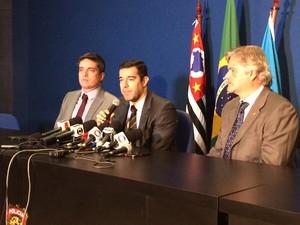 Delegados da PF falam sobre a operação. Victor Hugo Rodrigues à esquerda, Rodrigo Costa no centro e Fernando Antônio à direita. (Foto: Will Soares/ G1)