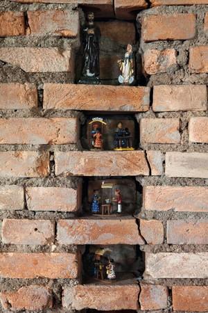 """Nos nichos na parede, arte popular e imagens de santos: """"Sou bem devoto"""", diz o chef (Foto: Lufe Gomes)"""