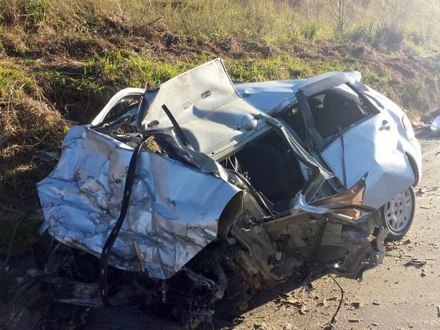 Carro ficou destruído em acidente que matou 4 em rodovia de Ipeúna (SP) (Foto: Eduardo Sozzo/EPTV)