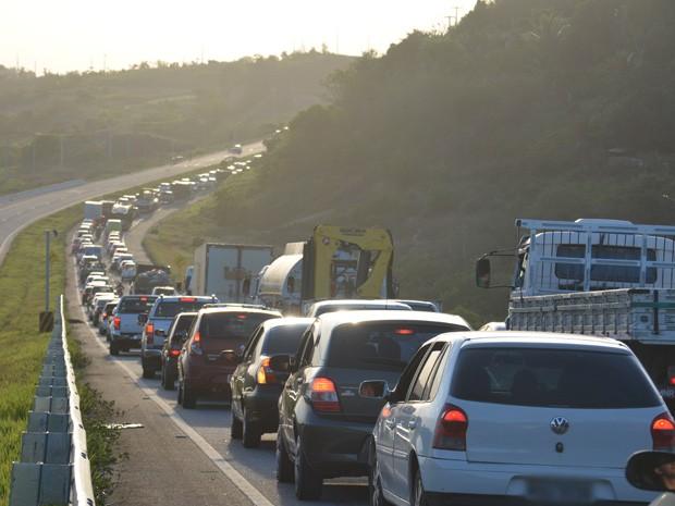 Trânsito ficou lento no sentido João Pessoa - Campina Grande. (Foto: Walter Paparazzo/G1)