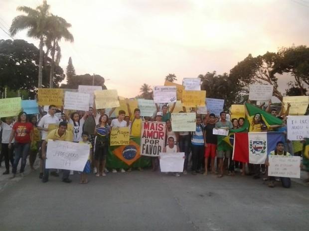 População de penedo confeccionou cartazes para o protesto (Foto: Arquivo pessoal/Claudia Helena Tavares)