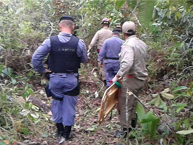 Corpo da vítima fatal e o sobrevivente foram resgatados pelo Corpo de Bombeiros (Foto: Divulgação/Bombeiros)