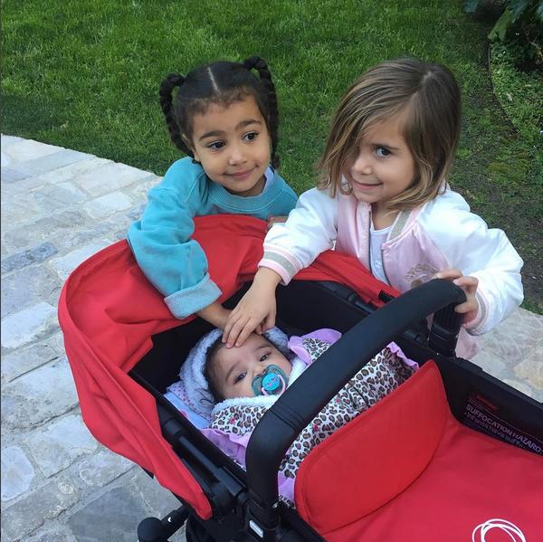 Dream Kardashian com as filhas de Kim Kardashiane  Kourtney Kardashian (Foto: Instagram)