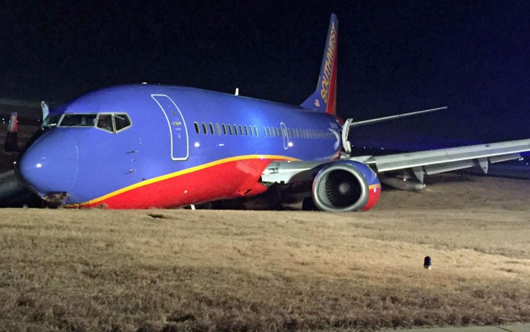 Foto publicada no Twitter mostra o avião acidentado no aeroporto de Nashville (Foto: Reprodução/Twitter/Sam_Gatlin)