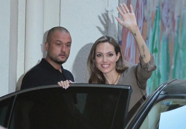 Sorridente, Angelina Jolie acena para fotógrafos na Bósnia