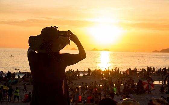 O sol no horizonte num fim de tarde do verão na praia de Ipanema, no Rio de Janeiro (Foto: Luiz Souza/Getty Images)