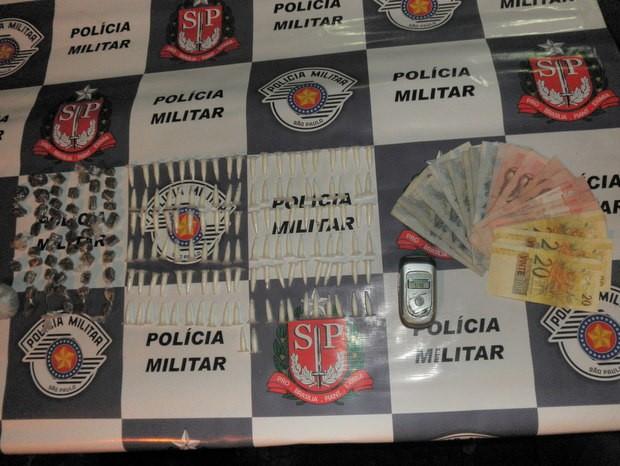 Policiais da 1ª companhia da PM de Piracicaba detém homem e apreende drogas (Foto: Divulgação/Polícia Militar)