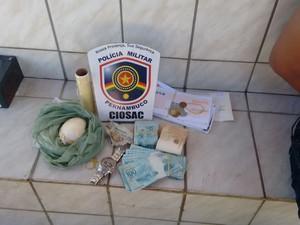 Homem é suspeito de fazer a distribuição de drogas na região (Foto: Divulgação / Polícia Militar)