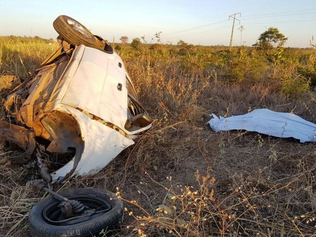 Motorista do carro morreu depois de colidir com uma carreta na BR-242 (Foto: Blog do Sigi Vilares)