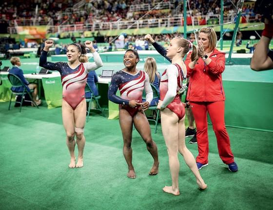 Atletas da ginastica dos Estados Unidos comemoram o ouro conquistado na prova por equipes  (Foto: Ricardo Nogueira/ÉPOCA)