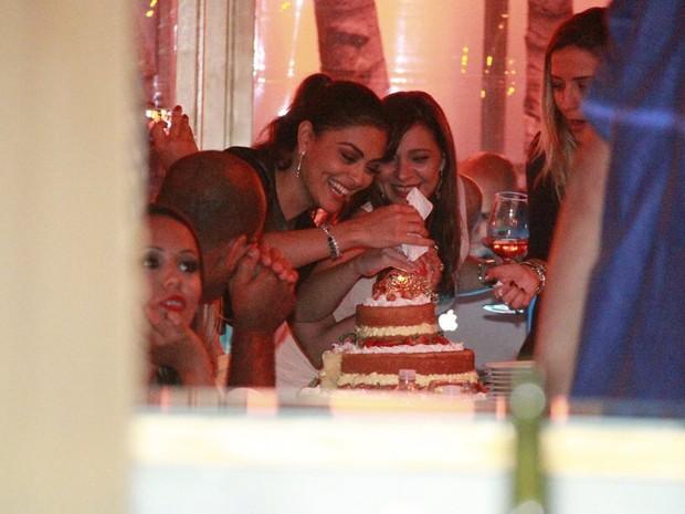 Juliana Paes comemora aniversário em restaurante na Zona Oeste do Rio (Foto: Isac Luz/ EGO)